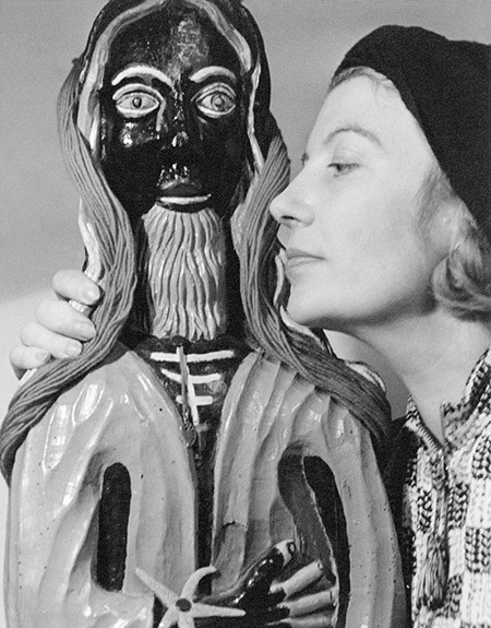 Eileen Agar i l'escultura Golden Tooth. Londres, Anglaterra, 1937 | Lee Miller Archives