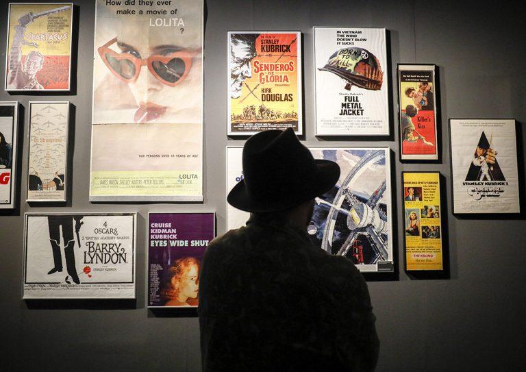 Els cartells de la filmografia de Kubrick, a l'inici de l'exposició | CCCB