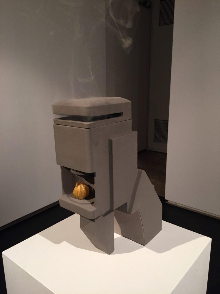 Carlo Zanni   Hunp1ng (2018)   Escultura, argila, incens i fruita 26x30x40 cm.
