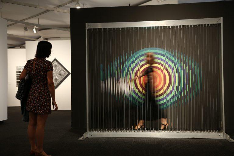 """Cloison lames réfléchissantesde Julio Le Parc és una obra interactiva amb el visitant, que la pot """"travessar""""."""
