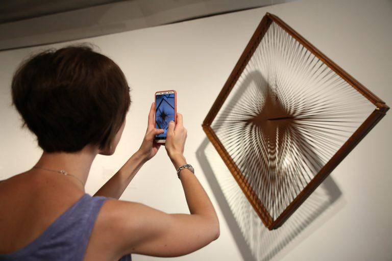 Una visitant fotografia Dinamica ottica (Dinàmica òptica) d'Alberto Biasi