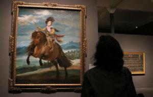 'Felipe IV', de Velázquez, observat per una noia a l'exposició que dedica el CaixaForum al pintor espanyol amb obra procedent del Museo del Prado.