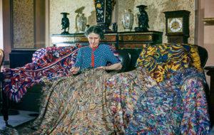 L'artista anglesa Madge Gill (Maude Ethel Eades) realitzant una manta amb fils de seda inserits en una lona, 19 d'agost de 1947. La manta conté al menys dos millions de puntades i és el resultat de sis mesos de treball.
