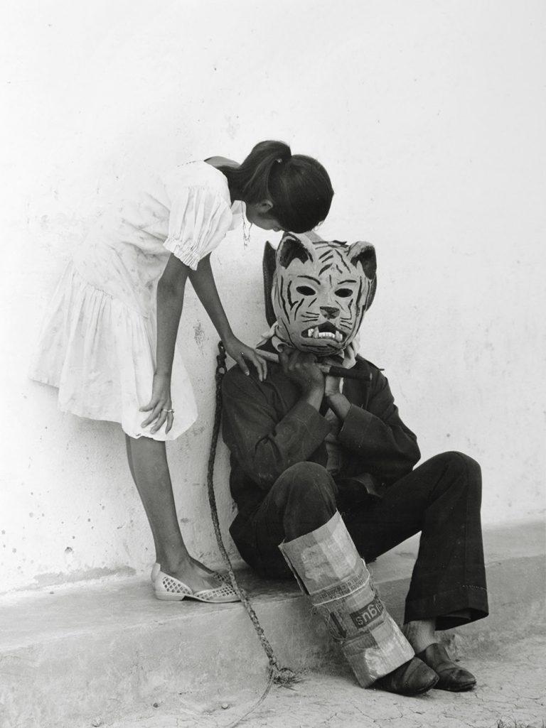 Flor Garduño 'Coloquio de la niña y la bestia' (Mèxic) 1985 Gelatina de plata sobre paper 30,1x22,6cm