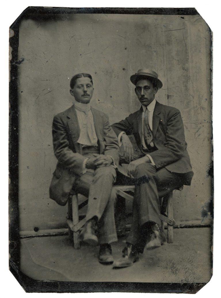 El pintor José María Mascort Galibern al costat d'un amic,c. 1910. Lloc i autor desconeguts, ferrotípia, 8,5 x 6 cm