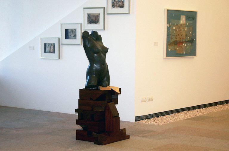 """En primer terme l'obra de Barry Flanagan """"Cabeza de la diosa entre mis manos"""". Cortesia Museu d'Art Contemporani d'Eivissa. Ajuntament d'Eivissa. Autora de la fotografia: Patricia López"""