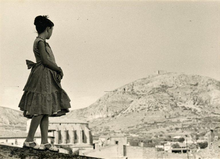 Maria (Mari) Carbó Creixell a la terrassa de la Casa Galibern,c.1950. Torroella de Montgrí (Girona), Ramon Mascort Amigó, còpia de revelatge al gelatinobromur de plata, 7,4 x 10,4 cm