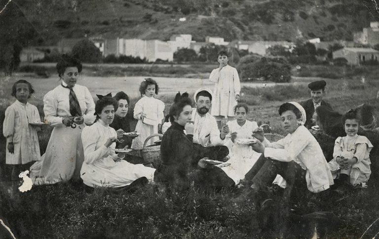 La família Mascort Galibern, i alguns amics, a la platja de l'Estartit,c.1900. L'Estartit (Girona), autor desconegut, còpia de revelatge al gelatinobromur de plata, 8,8 x 13,9 cm