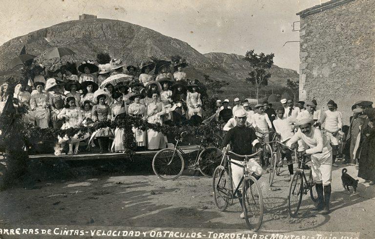 Carreres de cintes, velocitat i obstacles a la plaça del Lledoner, 1910. Torroella de Montgrí (Girona), Josep Esquirol Pérez, targeta postal, còpia de revelatge al gelatinobromur de plata, 8,7 x 13,7 cm