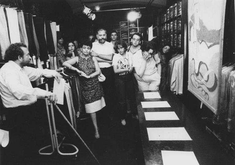 Damià Escuder, en una visita comentada a la seva obra, exposada en una sastreria de Girona, el 1983 | Ajuntament de Girona