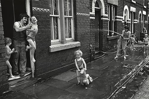 Diumenge per la tarda, Mozart Street, Granby, Liverpool, 1975 © Paul Trevor