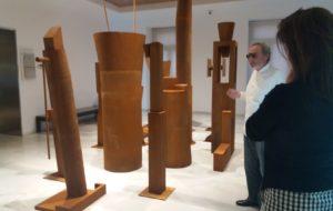 Miquel Navarro, explicant la seua mostra, sota la mirada de la comissària Lola Durán.
