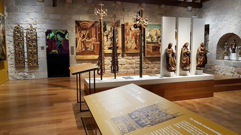 La sala remodelada amb les escultures de Pere Robredo i les pintures de Perris de Fontaines | Museu d'Art de Girona