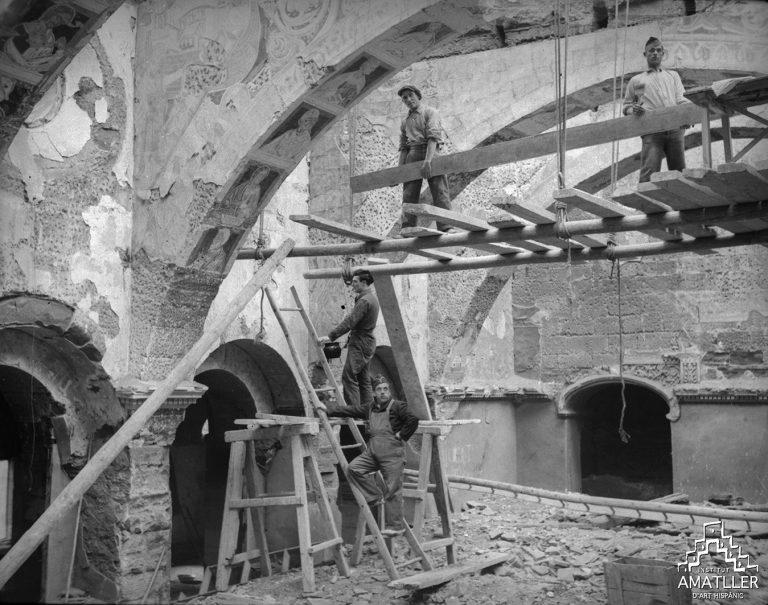 Interior de la Sala capitular del Monestir de Sixena després de l'incendi. (1936, Gudiol H-585).