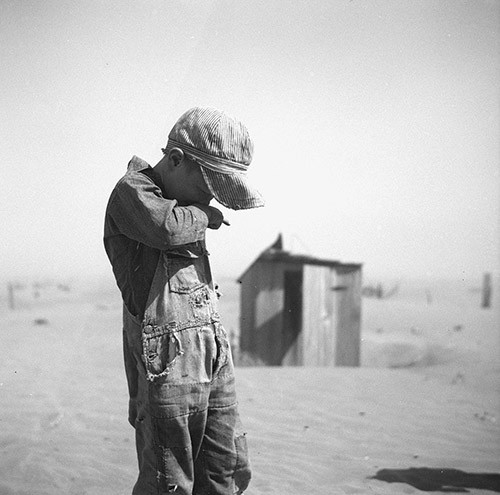 Nen protegint-se la cara de la pols, Oklahoma @ Arthur Rothstein, 1936. Cortesia de la Library of Congress