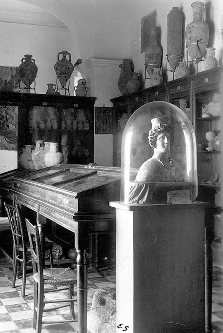 Interior del Museu Arqueològic d'Eivissa i Formentera (anys quaranta del s. XX), amb la deessa identificada com a Tanit en primer terme. Foto: Viñets / Arxiu Històric Municipal d'Eivissa (Font: EEIF).