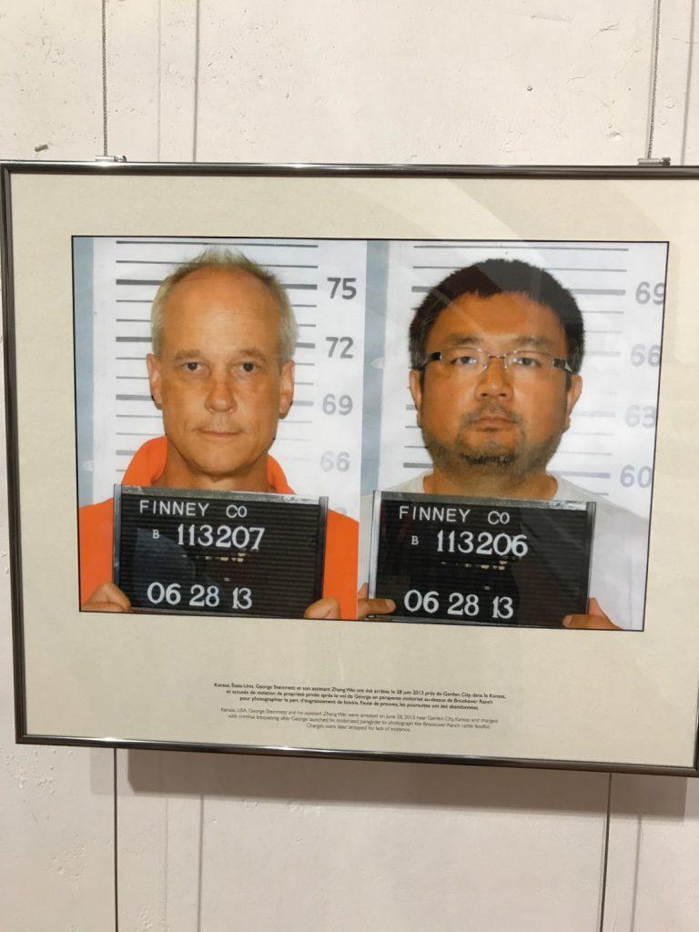 George Steinmetz i el seu ajudant Zhang Wei van ser arrestats el 28 de juny de 2013 a Garden City (Kansas, EUA), acusats de violació de la propietat privada per sobrevolar en parapent motoritzat el Ranxo Brookover per fotografiar el parc d'engreix de bovins. El fotògraf i el seu ajudant van ser alliberats per falta de proves.