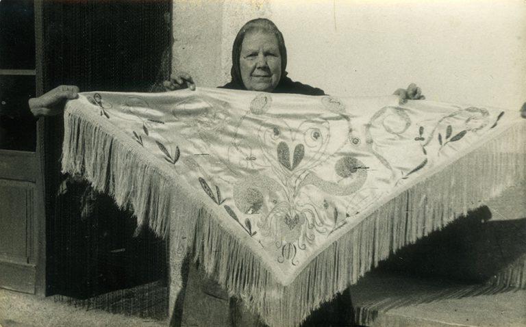 Josefa Tolrà mostrando un mantón con bordado fluídico, 1956. © de la obra, Associació Josefa Tolrà © Foto: Archivo familiar, cortesía de la Associació Josefa Tolrà, 2019