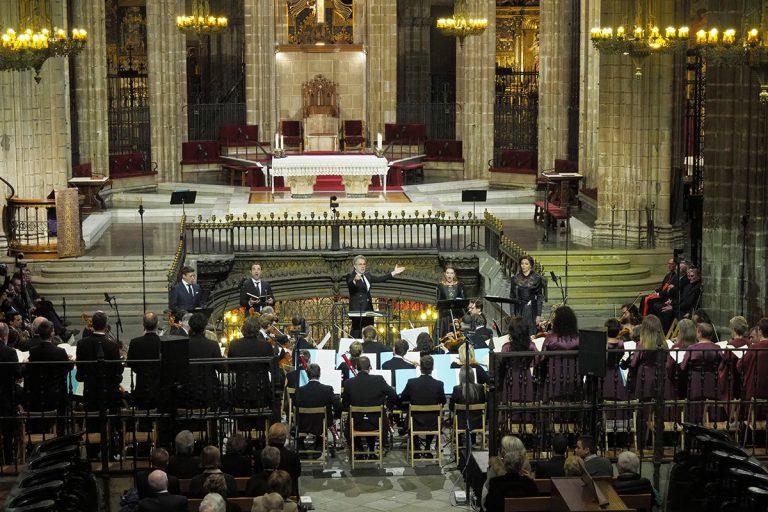 Josep Pons, dirigint l'Orquestra i el Cor del Liceu durant la cerimònia | Antoni Bofill