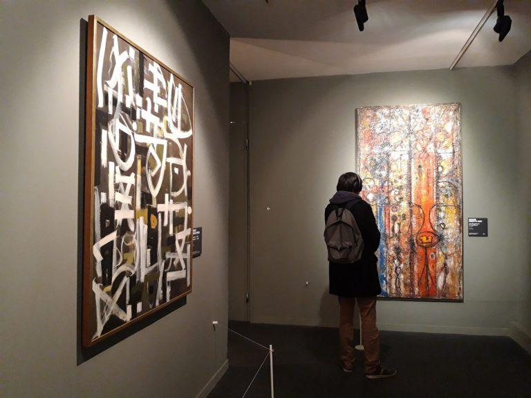 Una visitant observa l'obra de Richard Pousette-Dart.