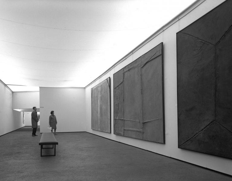 Vista de l'exposició documenta 3 amb les obres d'Antoni Tàpies (1964). Inv.Nr.: docA MSd03-10011846 © documenta archiv/Günther Becker © Antoni Tàpies/VG Bild-Kunst.