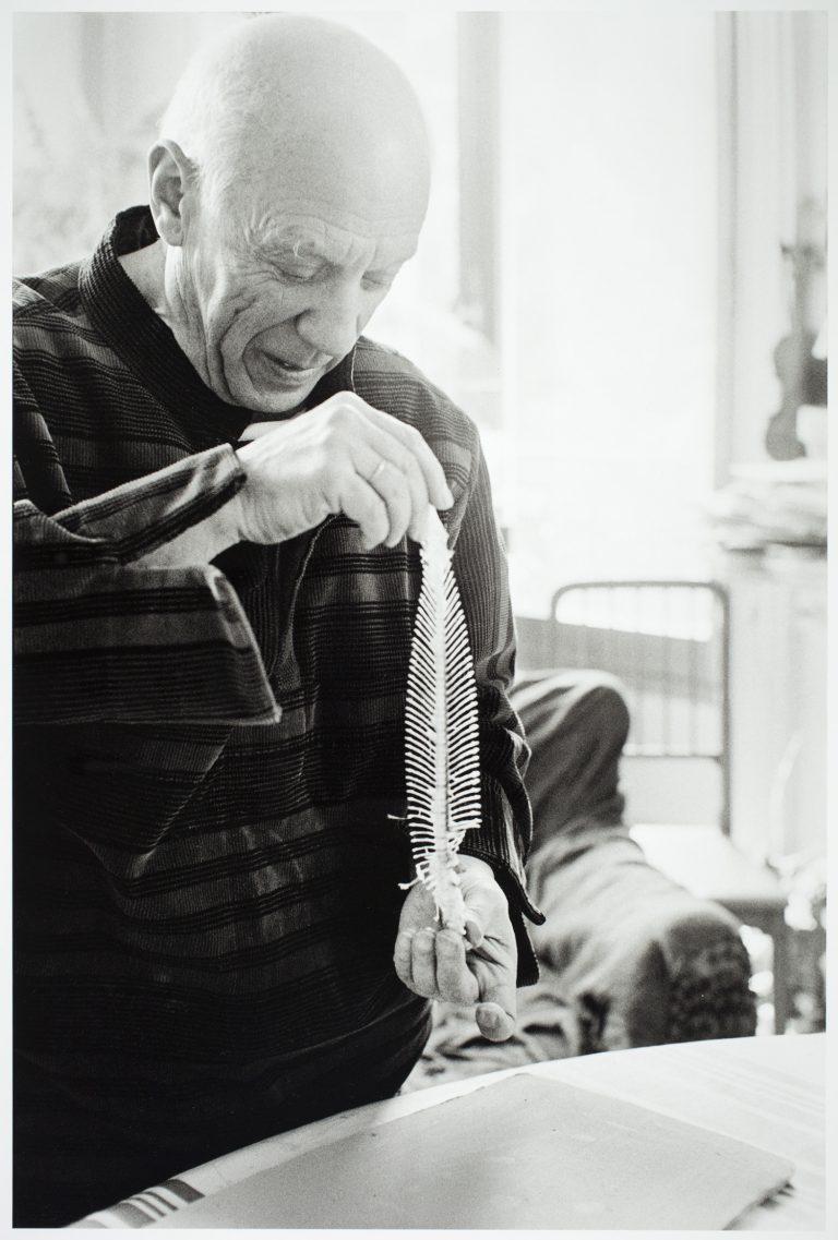 David Douglas Duncan, Picasso a La Californie realitzant Cursa de braus i peix (revers: Cares), 1957. Fotografia Arxiu Museu Picasso, Barcelona © Successió Pablo Picasso, VEGAP, Madrid 2018.