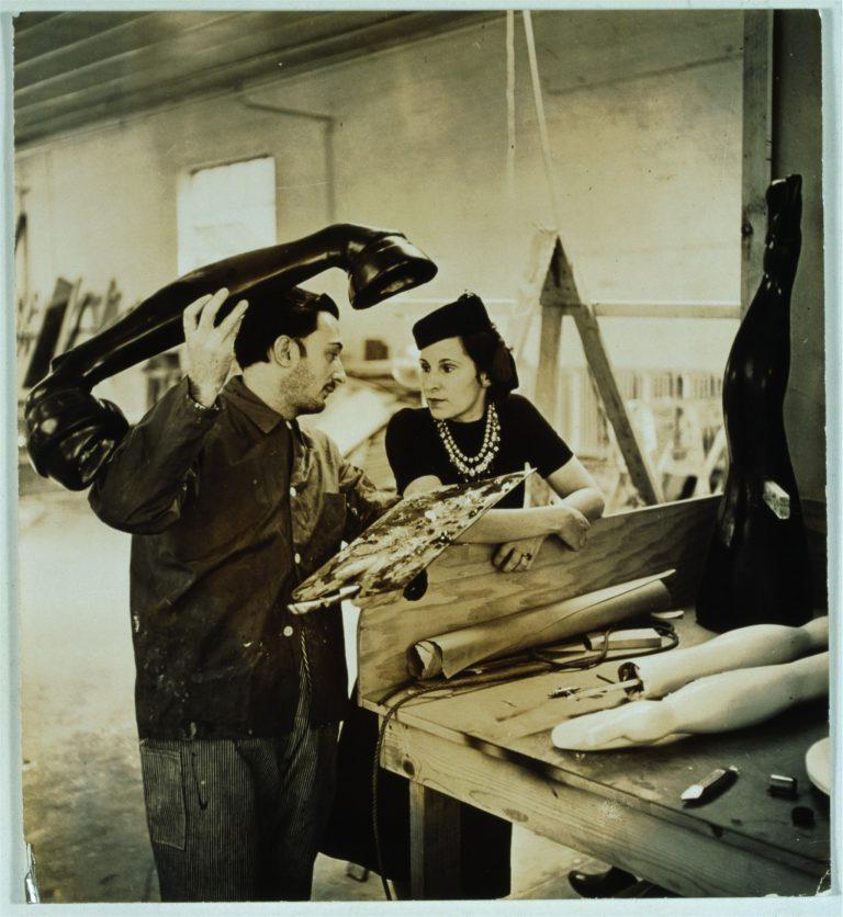 """Eric Schaal. Salvador Dalí i Gala treballant en elprojecte """"Somni de venus"""", 1939. Eric Schaal.© Fundació Gala-Salvador Dalí, Figueres, 2018.Drets d'imatge de Gala i Salvador Dalí reservats.Fundació Gala-Salvador Dalí, Figueres, 2018."""