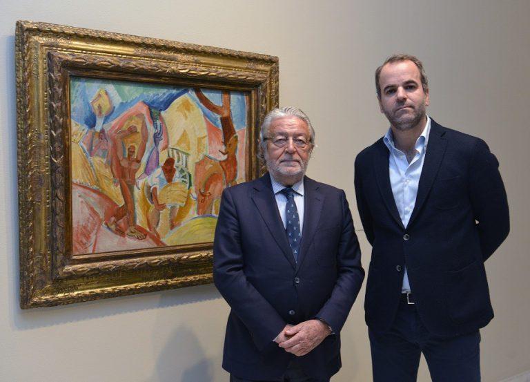 El president de la Fundació Bancaixa, Rafael Alcón, i el comissari de l'exposició, Javier Molins, posen al costat d'Els segadors.
