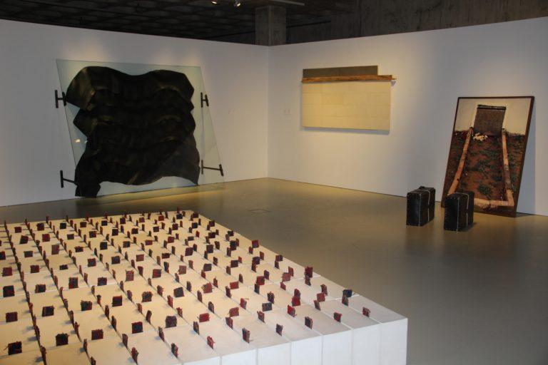 En primer terme, escultura de Jordi Colomer. Al fons, d'esquerra a dreta, obres de Joan Rom, Pep Agut i Francesc Abad.