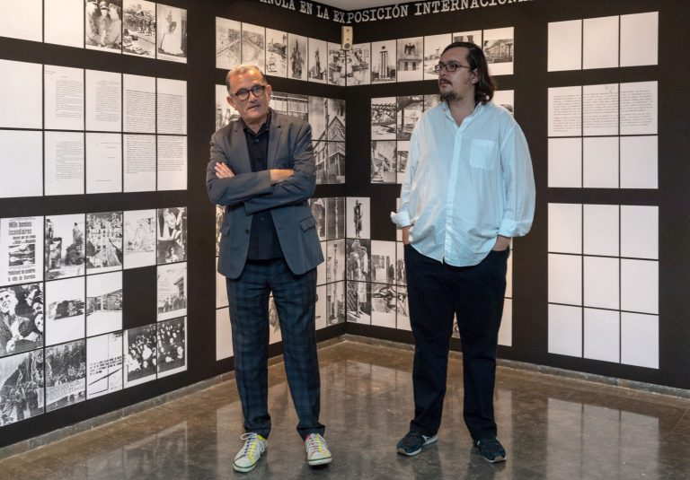 José Miguel G. Cortés i Sergio Rubira, davant la recreació de l'homenatge al pavelló de la República del 1937 a París.