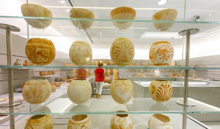 Sala 2 del Museu Monogràfic Puig des Molins, amb les closques d'ou d'estruç pintades d'època púnica en primer terme (Foto Raymar, Arxiu MAEF)