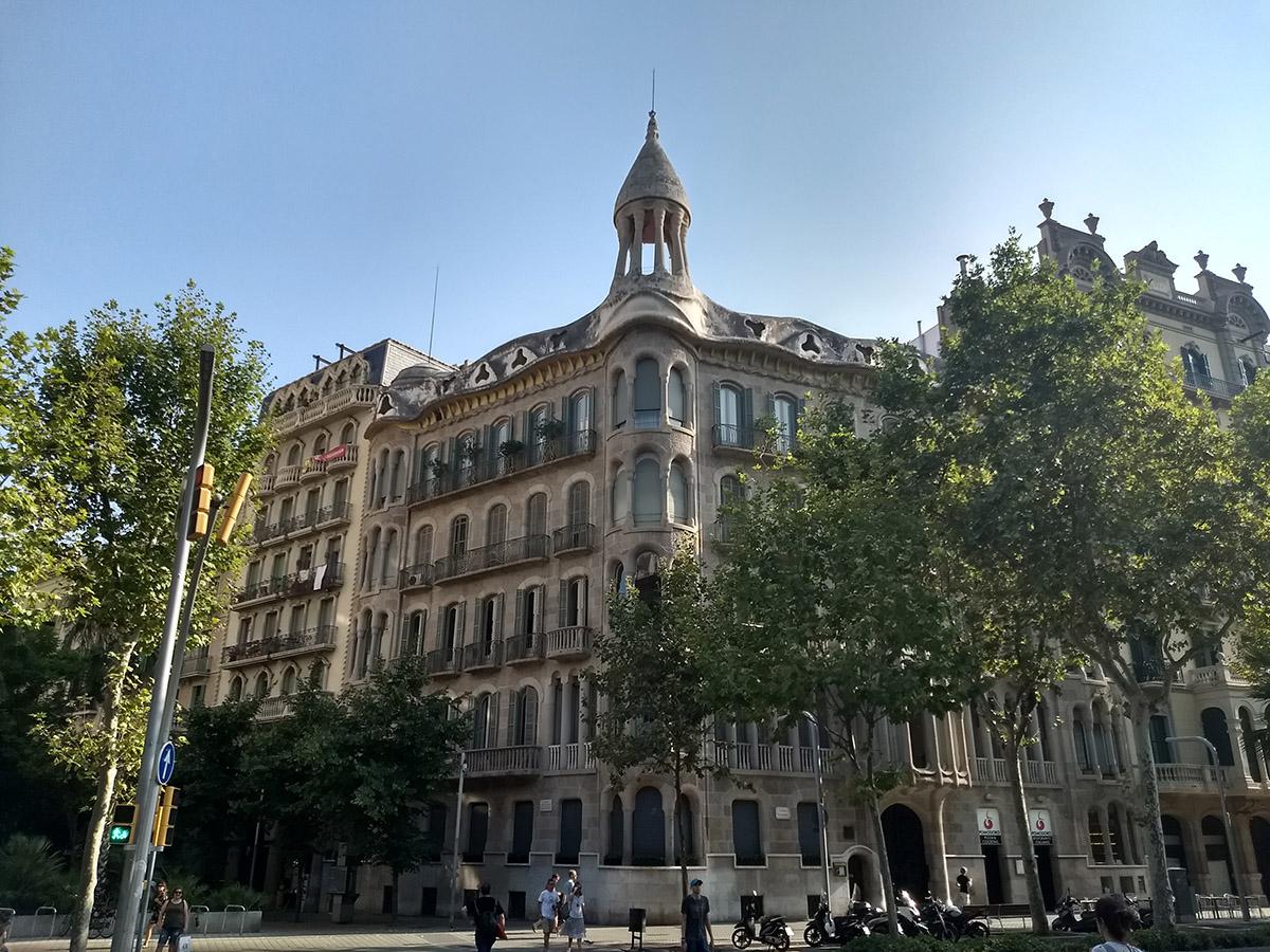 Façana de la Casa Sayrach                Wikimedia Commons