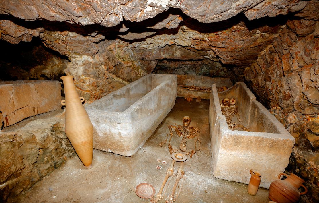 Interior d'un dels hipogeus d'enterrament de la necròpolis de Puig des Molins.              | Raymar, Arxiu MAEF.