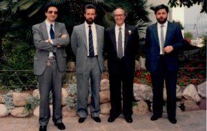 """Joaquim Garriga, a la dreta, amb tres dels altres autors de la """"Història de l'art català"""", d'esquerra a dreta: Francesc Fontbona, Joan-Ramon Triadó i Francesc Miralles, que a més d'autor, va planejar i coordinar l'obra."""