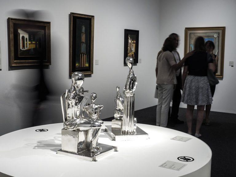 Organitzada amb la col·laboració de la Fondazione Giorgio e Isa de Chirico de Roma, la mostra descobreix les fases creatives de l'artista, que, amb la seva invenció de la pintura metafísica, va protagonitzar una de les revolucions més importants de l'art i el pensament del segle XX.