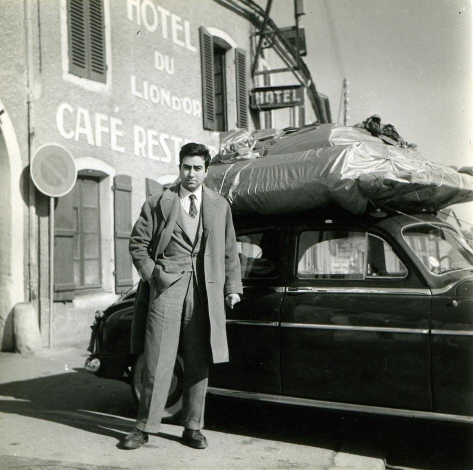 Antoni Tàpies a Saulieu, camí de París, abril del 1957. Arxiu personal d'Antoni Tàpies.