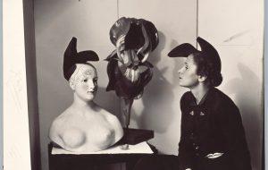 Gala portant el barret-sabata d'Elsa Schiaparelli inspirat en un disseny de Salvador Dalí, 1938.              | André Caillet