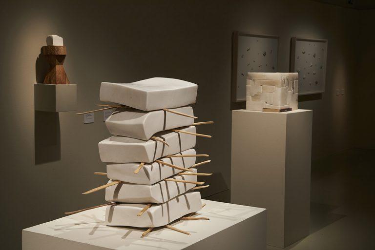 La Creació; 2005-2015, marbre grec i bastons de modelar, 70 x 70 x 70 cm