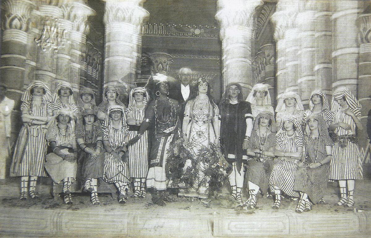 Representació d'Aida de Verdi al Teatre Principal de Maó, el 12 d'octubre de 1920, amb músics locals, organitzada per l'Ateneu de Maó. Foto de l'arxiu de l'Ateneu Científic, Literari i Artístic de Maó.