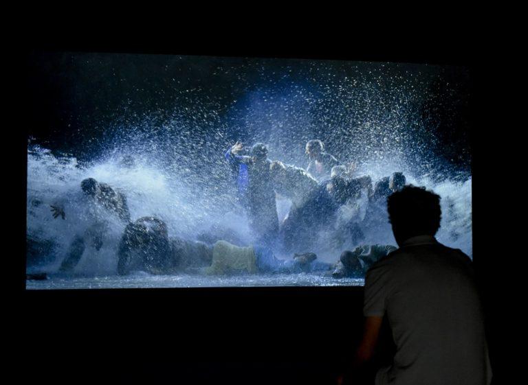 Tot i queTurbulènciesreuneix obres dels últims cinquanta anys, la mostra vol posar l'accent en treballs recents o que no s'havien exhibit mai a Barcelona, al costat d'altres obres antigues i ben conegudes —Equipo Crónica, Anselm Kiefer— que, en el context de la mostra, donen peu a noves interpretacions.
