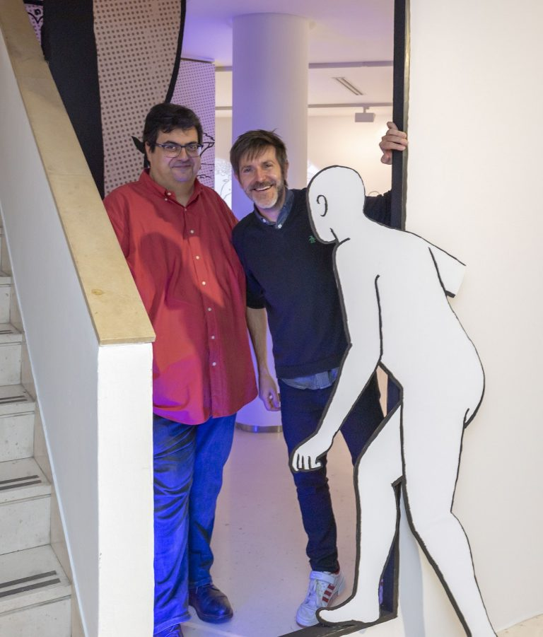 Álvaro Pons i Paco Roca el costat de la seua creació.