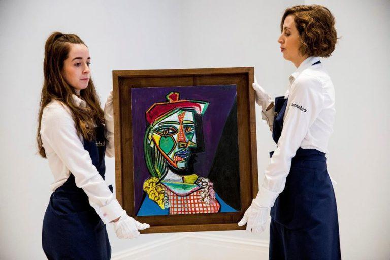 'Dona amb boina i vestit de quadres', de Pablo Picasso, 1937, subhastada a Sotheby's, Londres, per 56,7 milions d'euros, el preu més alt assolit en una venda a Europa.