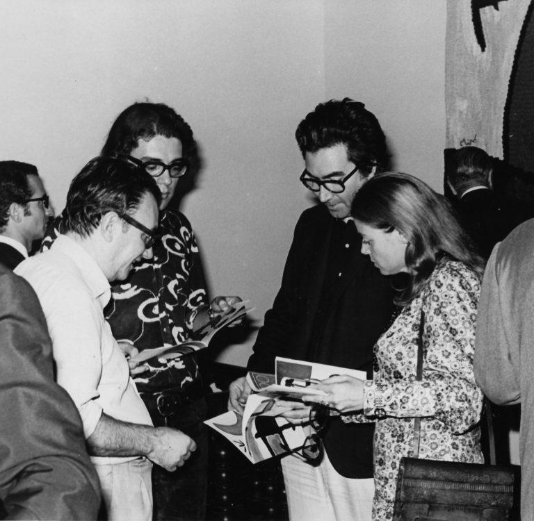 Joan Brossa, Joan-Pere Viladecans, Antoni Tàpies i Maria Lluïsa Borràs a una exposició de Joan Miró. Foto: Wikimedia Commons