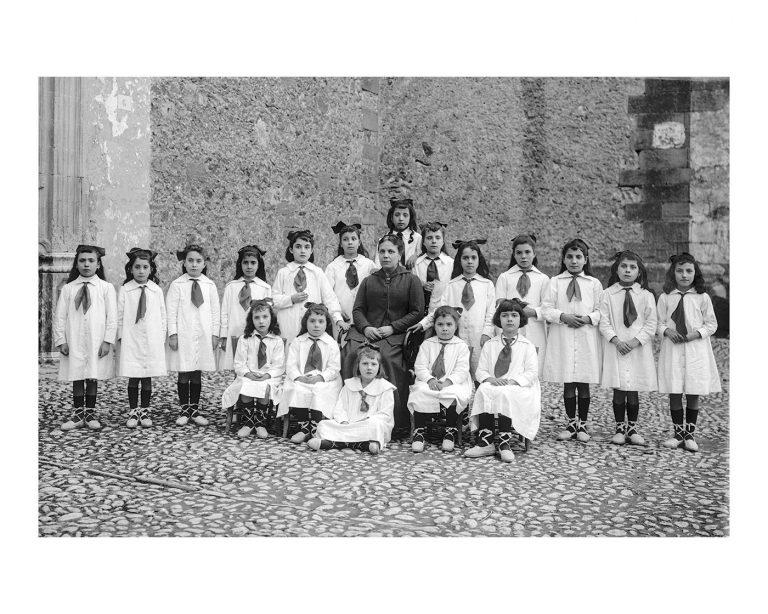 Grup escolar de ca les Mestres a l'entrada del Convent. Any 1920-1930