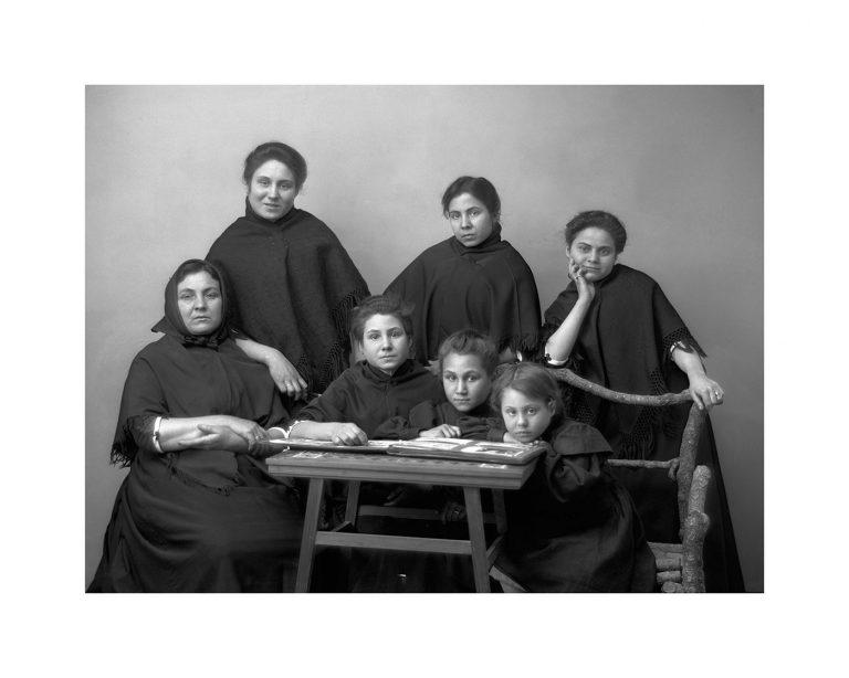 Retrat de una família ENDOLADA. Any 1920-1930