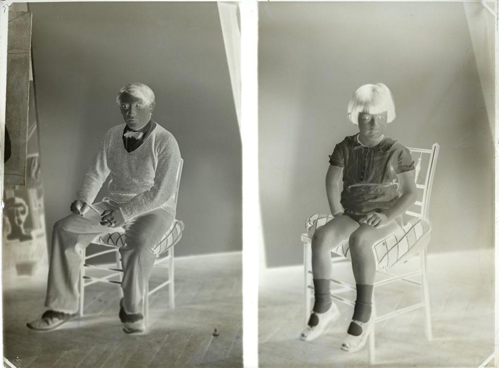 Doble retrat de Pablo Picasso i Paulo Ruiz-Picasso al número 23 bis del taller de la rue La Boétie, París, c. 1925 - Musée national Picasso-Paris - Donació Successió Picasso, 1992 - APPH17557 - RMN-Grand Palais (Musée national Picasso-Paris) / image RMN-GP - © Successió Pablo Picasso, VEGAP, Madrid 2019