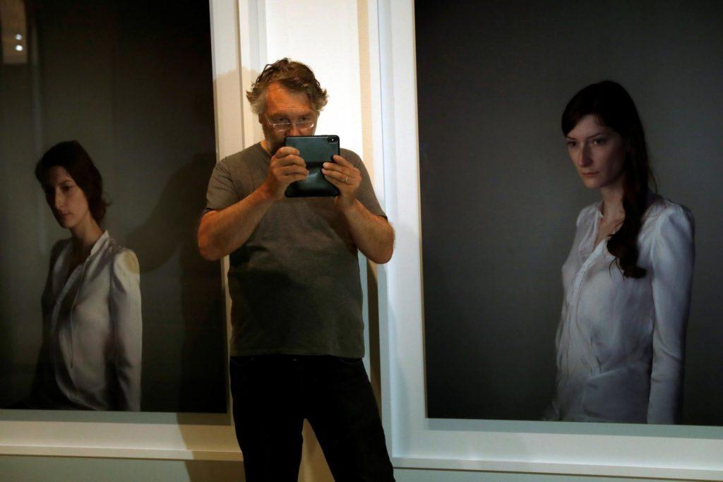 """El fotògraf Richard Learoyd, al costat de l'obra """"Gessamí a la llum"""". Foto: EFE/Toni Albir"""
