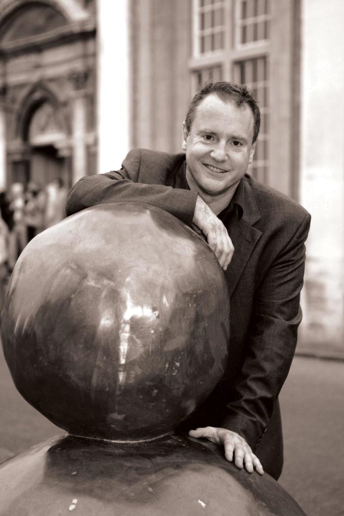 Enrique Juncosa, recolzat en una escultura de Gary Hume a l'IMMA de Dublín. Foto: Denis Mortell