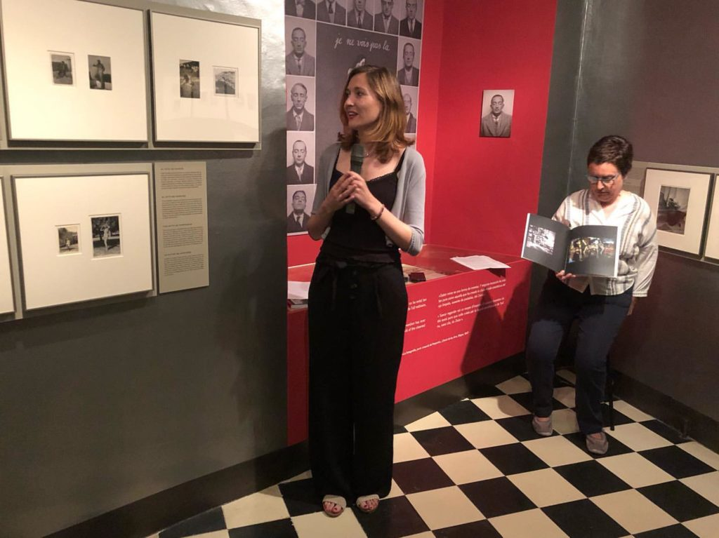 Les dues comissàries, Bea Crespo i Rosa M. Maurell, comentant l'exposició. Foto: Fundació Gala-Salvador Dalí