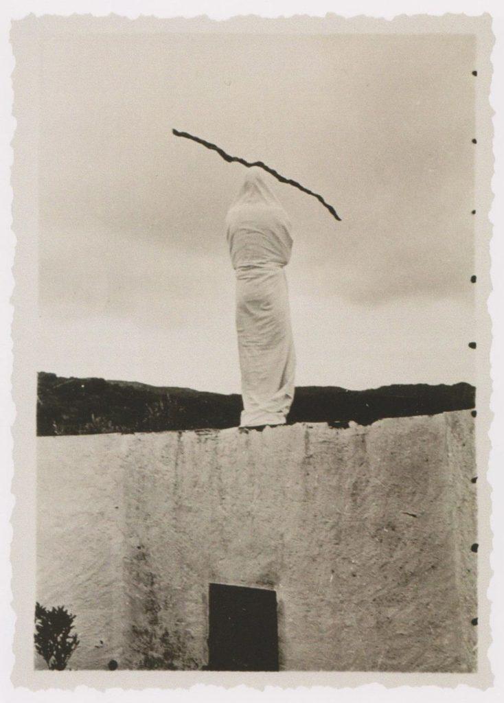 """""""Dalí drapé"""", fotografia de l'artista embolicat amb un llençol i un bastó al cap, feta a Portlligat el 1933. Foto: Man Ray"""